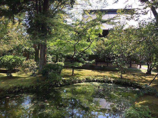 宝物殿の庭